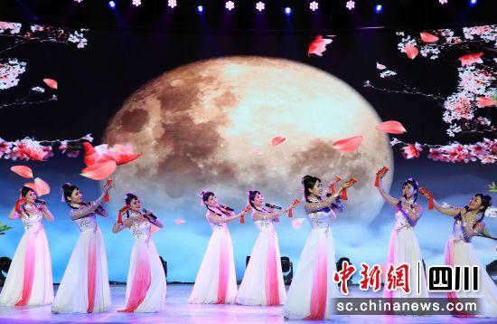"""巨型""""大红灯笼""""亮相阆中古城_2020落下闳春博会开幕"""