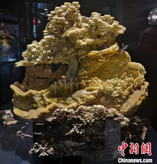 图为:张爱光创作的青田石雕 范宇斌 摄