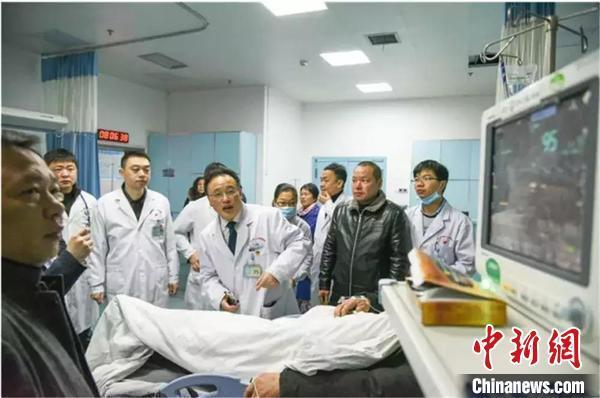 住湘全国政协委员徐自强与儿子一线抗击疫情。湖南省政协供图