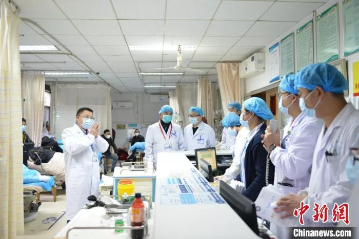 全国政协委员、中南大学湘雅三医院院长张国刚(左一)在急诊抢救室指导防控和救治工作。湖南省政协供图