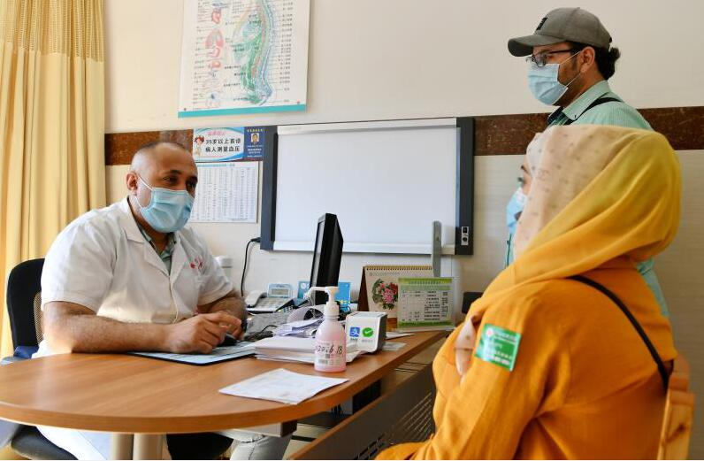 要让世界了解中国_义乌外籍医生阿马尔三种语言视频热助抗疫