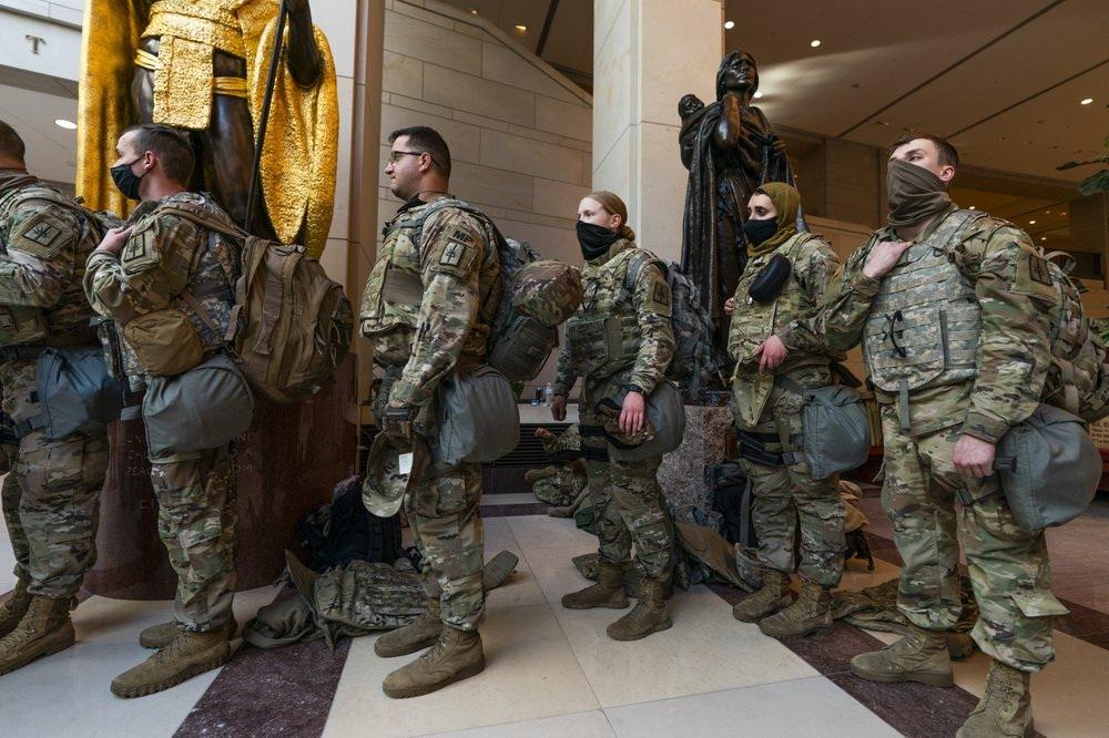 拜登就职前夕华盛顿戒严升级,国民警卫队国会内席地而睡